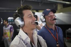 Toto Wolff, directeur Mercedes AMG F1, met Rubens Barrichello