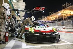 #91 Porsche GT Team Porsche 911 RSR: Richard Lietz, Frédéric Makowiecki in de pits