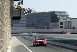 Пере Оріола, Lukoil Craft-Bamboo Racing, SEAT León TCR, під картатим прапором