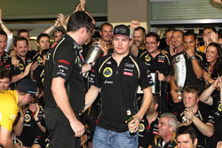 Kimi Raikkonen, Lotus F1 Team viert feest met Eric Boullier,  Lotus F1 Team Principal en het team