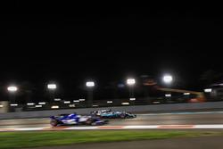 Lewis Hamilton, Mercedes-Benz F1 W08 supera Marcus Ericsson, Sauber C36