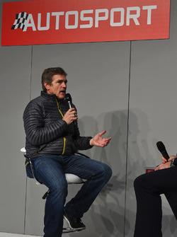 Le Champion NASCAR 2000 Bobby Labonte parle à Henry Hope-Frost sur la scène Autosport
