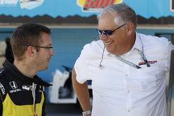 Гонщик Dale Coyne Racing Honda Себастьен Бурдэ и президент Honda Performance Development Арт Сен-Сир