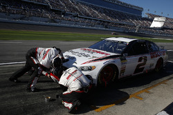 Brad Keselowski, Team Penske Ford Fusion, pit stop