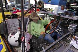 Homem descansa em carro vintage em evento