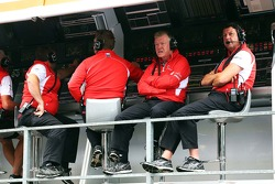 Andy Webb, Marussia F1 Team CEO and Dave O'Neill, Marussia F1 Team Manager, on the pit gantry