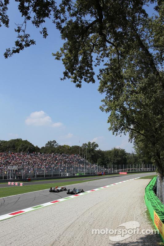 Paul di Resta, Sahara Force India VJM06 e Nico Rosberg, Mercedes AMG F1 W04