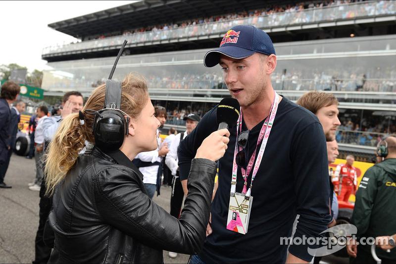 (L naar R): Jennie Gow, BBC Radio 5 Live Pitlane Reporter met Chris Broad, England Cricket Player op