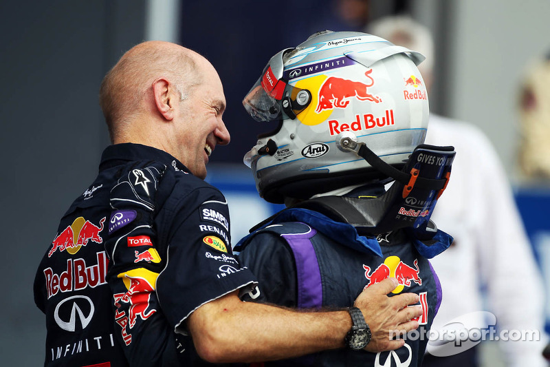 (L naar R): Adrian Newey, Red Bull Racing Chief Technical Officer viert de zege met winnaar Sebastia