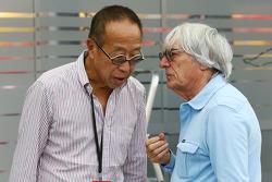 伯尼•埃克莱斯顿(F1集团CE)与王明星(新加坡旅店置业有限公司执行总裁、新加坡地产大亨)