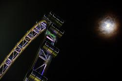 El Singapore Flyer y la luna