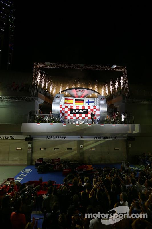 primeiro colocado Sebastian Vettel, Red Bull Racing, com segundo colocado Fernando Alonso, Ferrari e