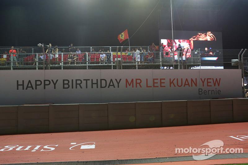 Een banner van Bernie Ecclestone, CEO Formula One Group om politicus Lee Kuan Yew een fijne verjaard