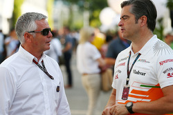 Derek Warwick, FIA hakemi ve Andy Stevenson, Sahara Force India F1 Takım Menajeri