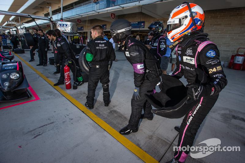 Alex Brundle oefent een rijderswissle