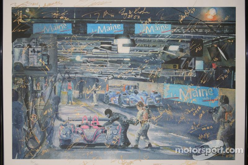 Een kunstwerk, gesigneerd door alle coureurs van Aston Martin en Corvette Racing bij de 24 uur van L