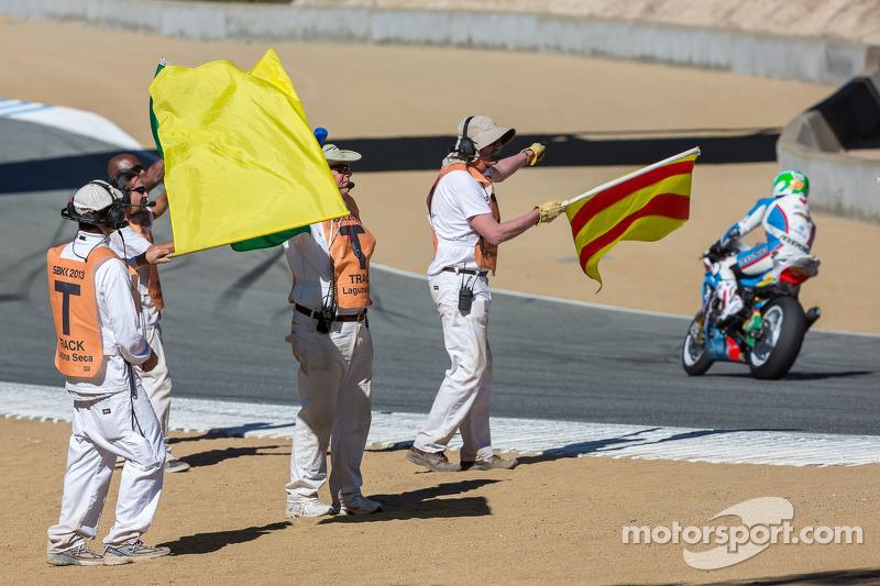 Marshals feliciteren de rijders die de race hebben uitgereden