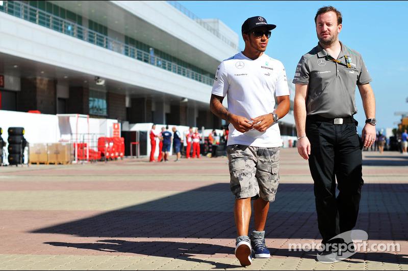 Lewis Hamilton, Mercedes AMG F1 con Bradley Lord, Mercedes AMG F1 Gerente de comunicaciones