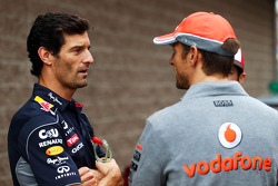 (Izq. A Der.): Mark Webber, del Red Bull Racing con Jenson Button, de McLaren en el desfile de pilotos