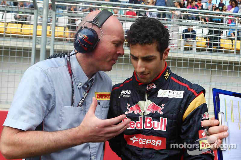 Daniel Ricciardo, Scuderia Toro Rosso met een Pirelli Engineer op de grid