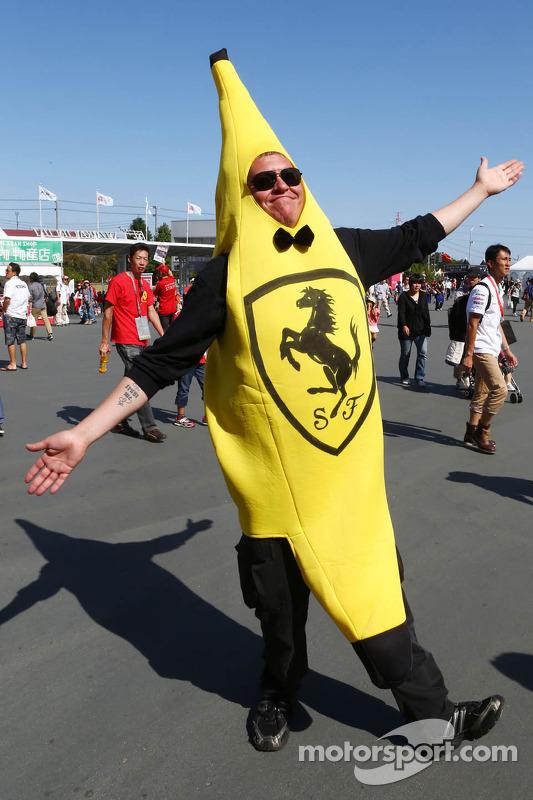 Fã da Ferrari fantasiado de banana