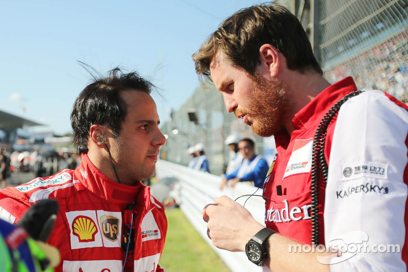 (L to R): Felipe Massa, Ferrari with Rob Smedley, Ferrari Race Engineer on the grid