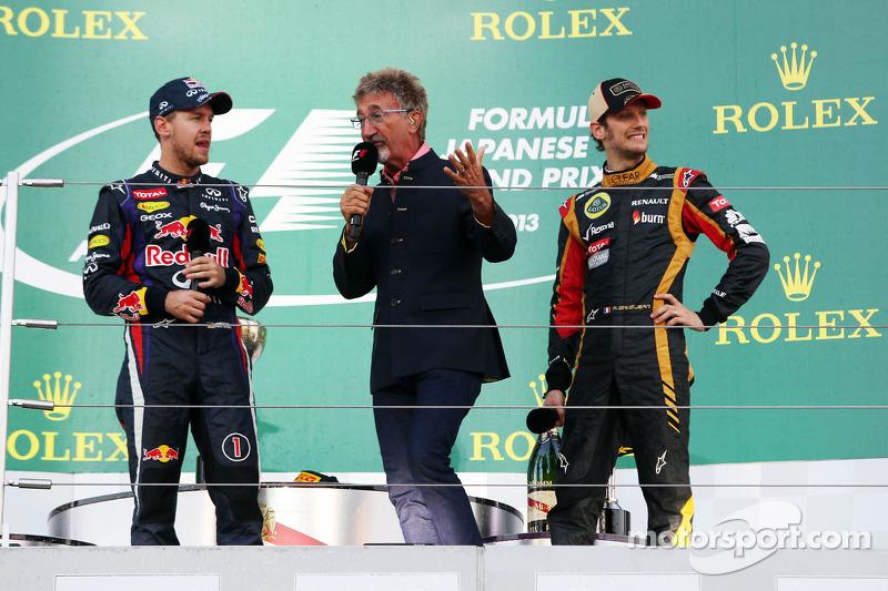 (L naar R): racewinnaar Sebastian Vettel, Red Bull Racing op het podium met Eddie Jordan, BBC-expert en de als derde geklasseerde Romain Grosjean, Lotus F1 Team