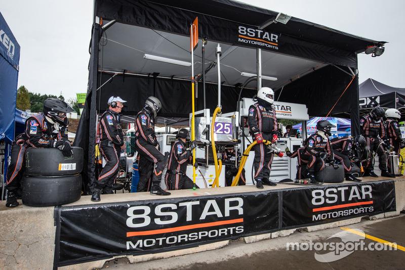 8Star Motorsports teamleden klaar voor de pitstop