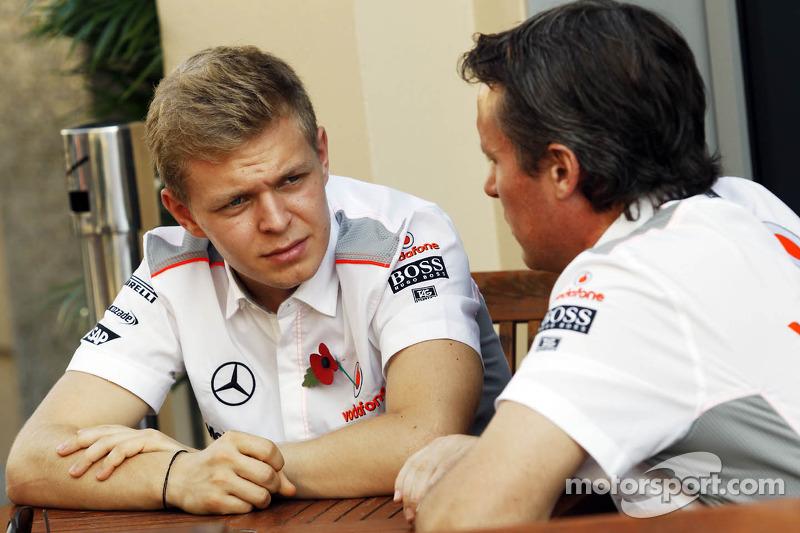 (L naar R): Kevin Magnussen, Testrijder McLaren met Sam Michael, McLaren Sporting Director