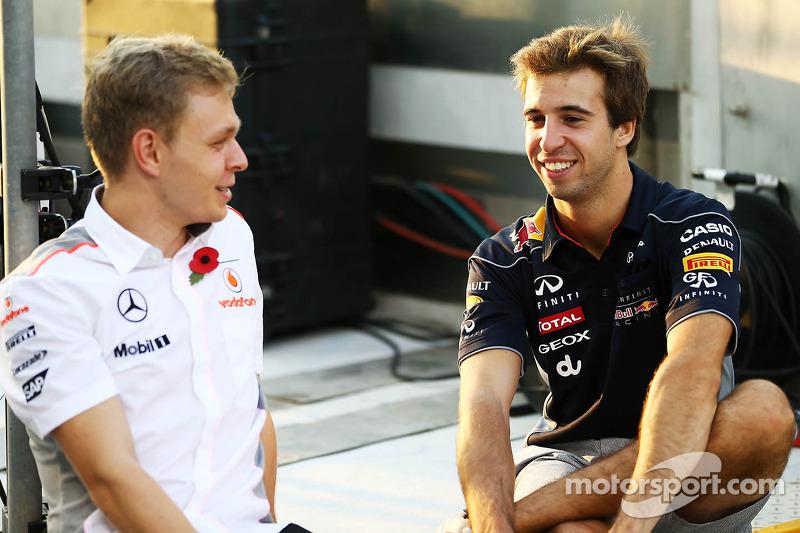(L naar R): Kevin Magnussen, Testrijder McLaren met Antonio Felix da Costa, Testrijder Red Bull Racing