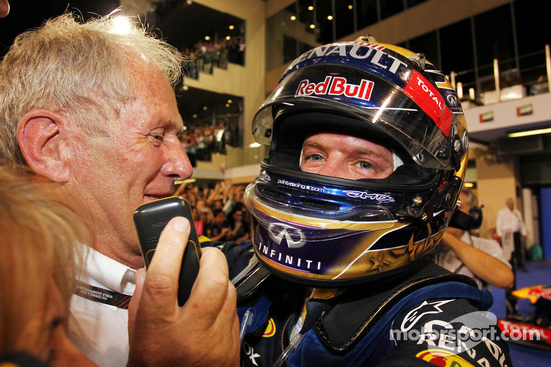 O vencedor Sebastian Vettel, Red Bull Racing comemora no parque fechado com Dr Helmut Marko, Red Bull Motorsport Consultant