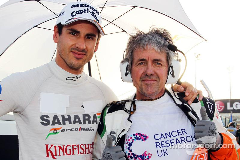 (L naar R): Adrian Sutil, Sahara Force India F1 met Neil Dickie, Sahara Force India F1 Team op de gr