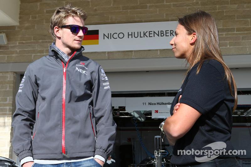 (L naar R): Nico Hulkenberg, Sauber met Simona de Silvestro, Indycar-coureur