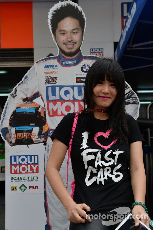 Charles Ng Ka Ki, BMW E90 320 TC, Liqui Moly team Engstler namorada levanta perto a forma de NG