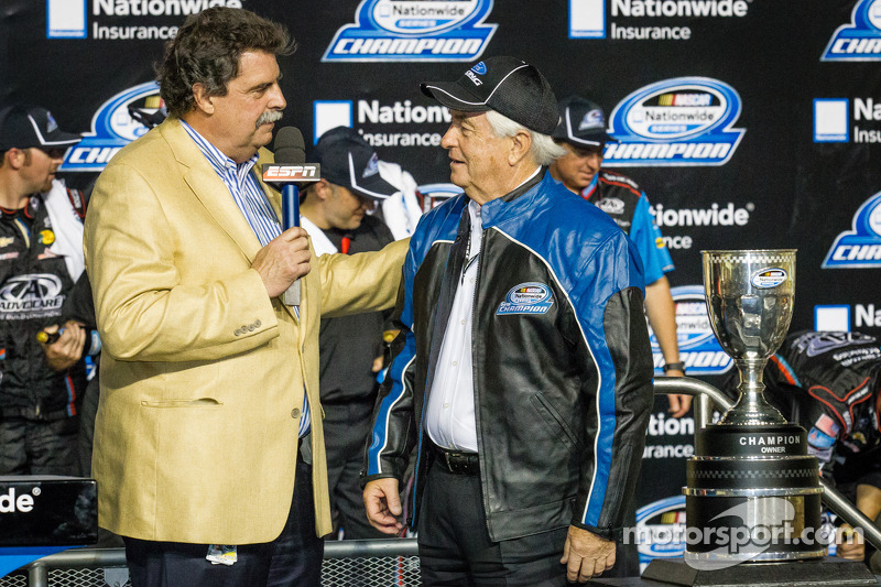Championship victory lane: NASCAR Nationwide Series 2013 teameigenaar Roger Penske met Mike Helton
