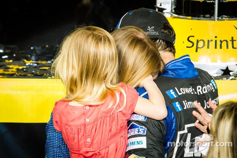 Championship victory lane: NASCAR Sprint Cup Series 2013 kampioen 2013 Jimmie Johnson, Hendrick Motorsports Chevrolet viert feest met zijn vrouw Chandra en hun dochter