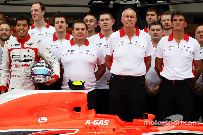 (L naar R): Rodolfo Gonzalez, reservecoureur Marussia F1 Team; Dave Greenwood, Marussia F1 Team Race Engineer; John Booth, Teambaas Marussia F1 Team; en Graeme Lowdon, Marussia F1 Team Chief Executive Officer op een teamfoto