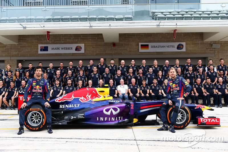 (L naar R): Mark Webber, Red Bull Racing en teamgenoot Sebastian Vettel, Red Bull Racing op een team