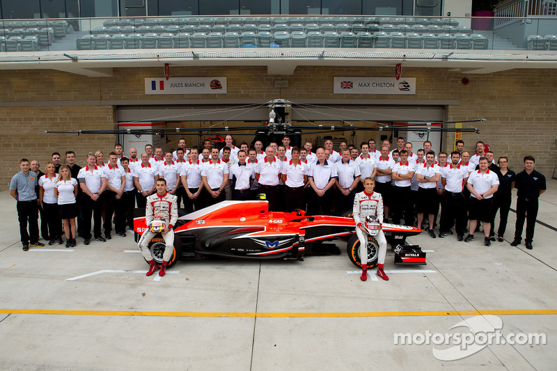 (L naar R): Jules Bianchi, Marussia F1 Team en Max Chilton, Marussia F1 Team op een teamfoto