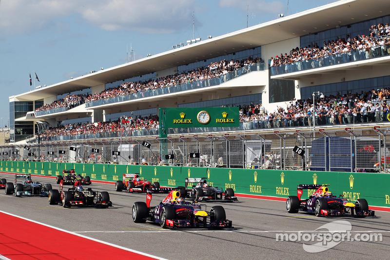 (L naar R): Sebastian Vettel, Red Bull Racing RB9 en Mark Webber, Red Bull Racing RB9 bij de start van de race