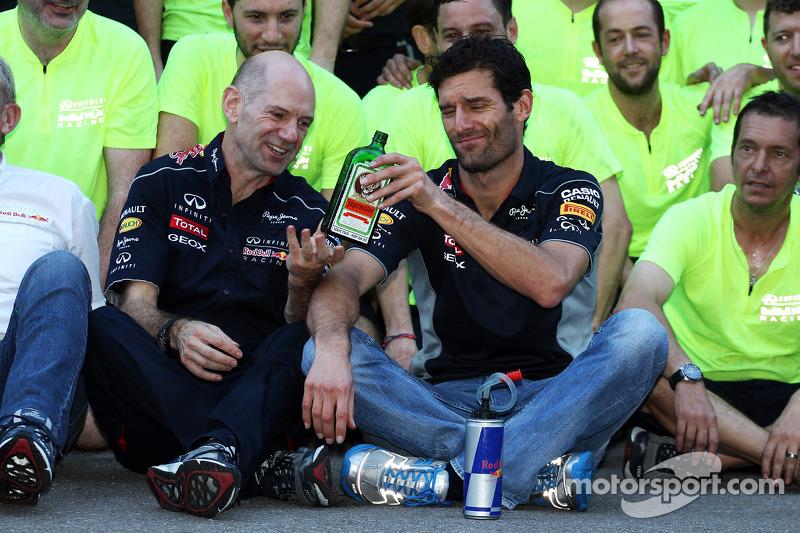 (L naar R): Adrian Newey, Red Bull Racing Chief Technical Officer geeft de fles Jagermeister door aa