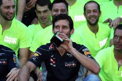 Mark Webber, del equipo Red Bull Racing con una botella de Jagermeister en la celebración del equipo