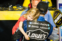 Championship victory lane: NASCAR Sprint Cup Series 2013 kampioen 2013 Jimmie Johnson, Hendrick Motorsports Chevrolet viert feest met dochter
