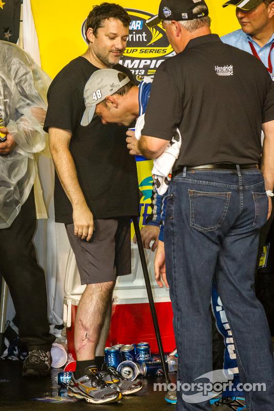 Chad Knaus verifica as cicatrizes na perna de Tony Stewart