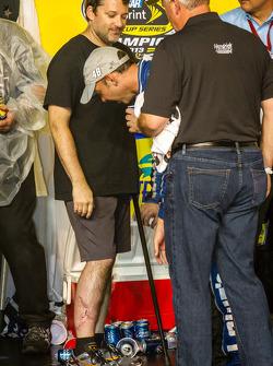 Championship victory lane: Chad Knaus bekijkt de littekens van Tony Stewart