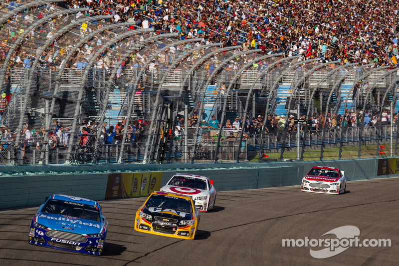 Aric Almirola, Richard Petty Motorsports Ford en Jeff Burton, Richard Childress Racing Chevrolet