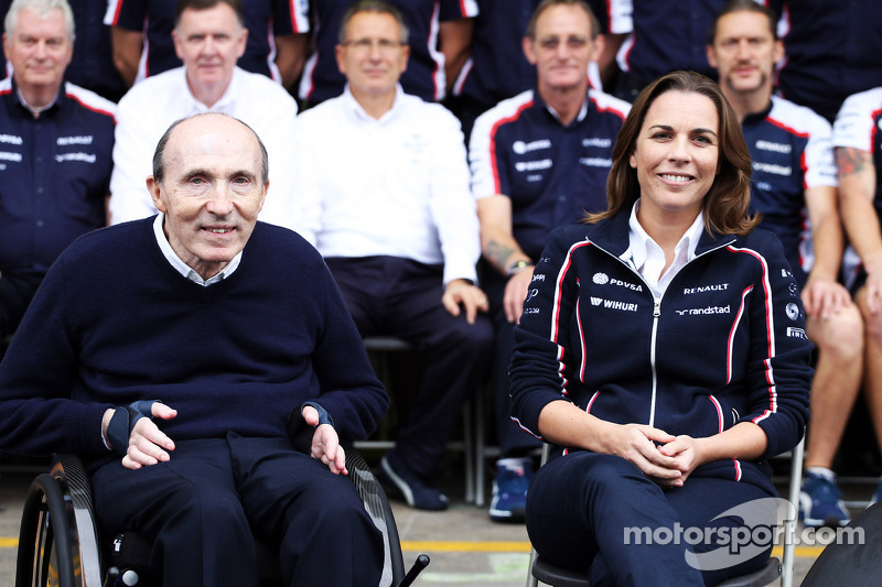 (L naar R): Frank Williams, Eigenaar Williams en Claire Williams, Adjunct-teambaas Williams op de teamfoto