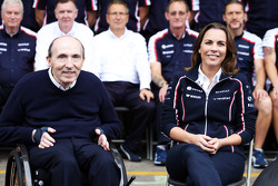 (Da esquerda para direita): Frank Williams, dono da Williams, e Claire Williams, diretora da Williams, na fotografia do time