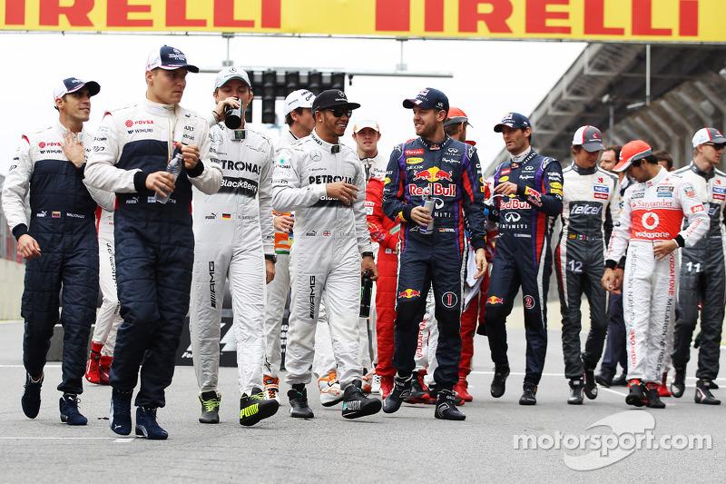 (L naar R): Lewis Hamilton, Mercedes AMG F1 en Sebastian Vettel, Red Bull Racing op de eindejaarsfoto