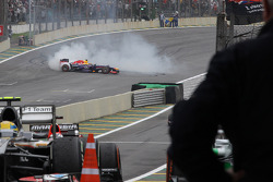 Vencedor da corrida, Sebastian Vettel, Red Bull Racing RB9, executa zerinhos antes de entrar no parq